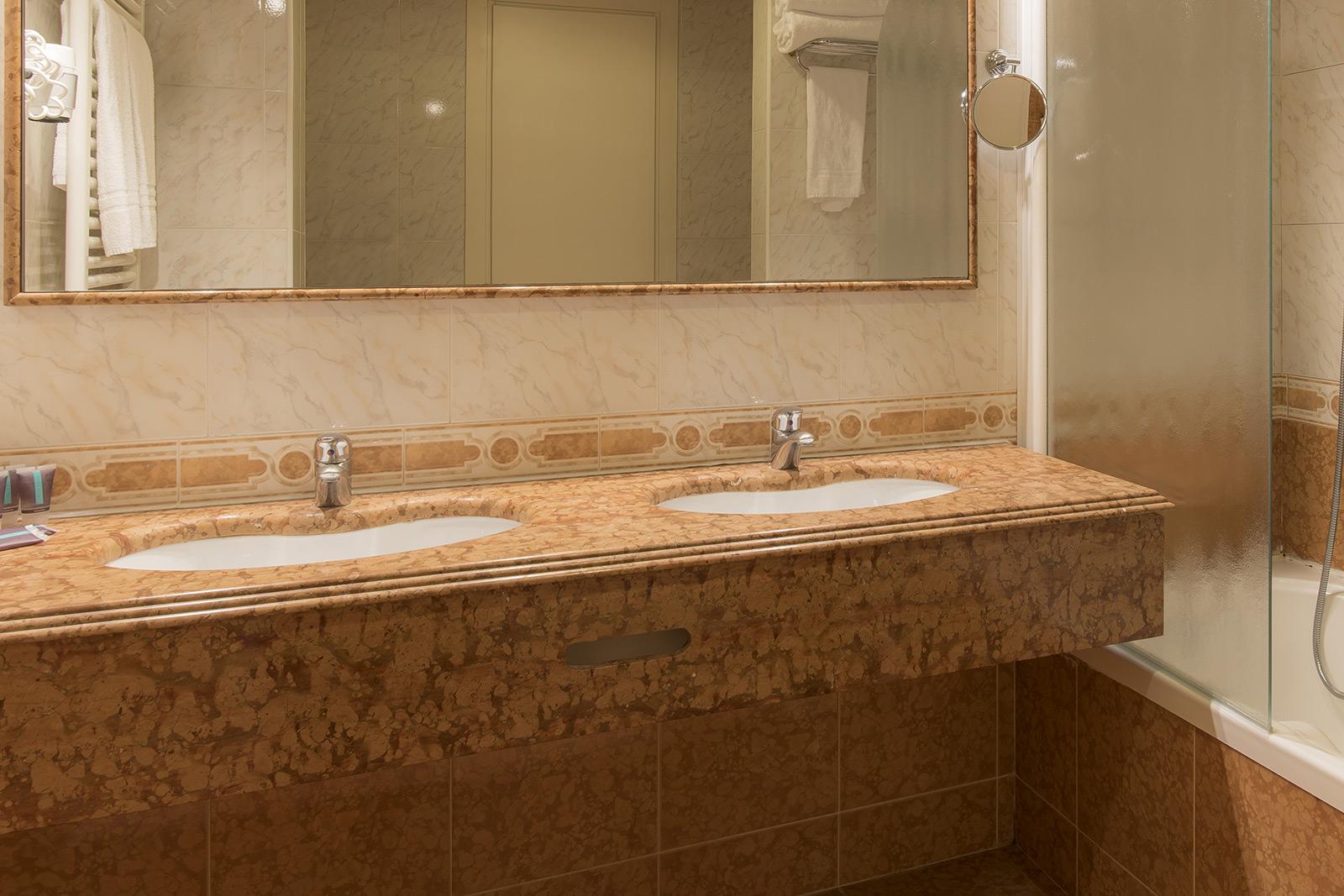 bagno-camera-hotel-ambasciatori