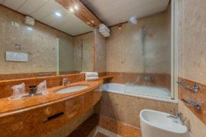 bathroom-triple-room-ambasciatori-hotel